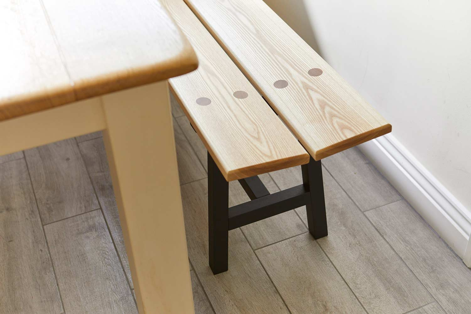 https://richardpearcewoodwork.com/wp-content/uploads/sites/6/2017/09/close-up-of-table-and-bench-richard-pearce-woodword-and-joinery-cornwall.jpg